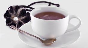 Taza de té negro y de cuchara Imágenes de archivo libres de regalías