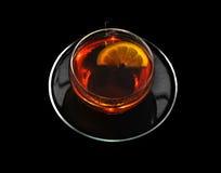 Taza de té negro y de limón Fotografía de archivo libre de regalías