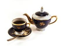 Taza de té negro y de tetera foto de archivo libre de regalías