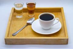 Taza de té o de café con la cuchara y pequeño tiro del jarabe y del sug fotos de archivo
