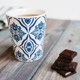Taza de té o café y chocolate en una tabla de madera imágenes de archivo libres de regalías