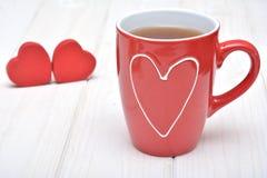 Taza de té para las tarjetas del día de San Valentín Imagenes de archivo