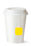 Taza de té para llevar con la bolsita de té Fotos de archivo libres de regalías