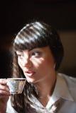 Taza de té que se sostiene morena atractiva  Fotos de archivo