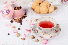 Taza de té rojo en la tabla de la porción Fotografía de archivo