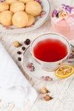 Taza de té rojo en la tabla de la porción Imagenes de archivo