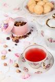 Taza de té rojo en la tabla de la porción Imagen de archivo
