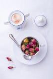 Taza de té rosado de las rosas imagen de archivo