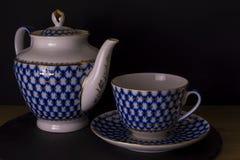 Taza de té rusa de la porcelana del vintage con la caldera, fondo negro aislado, taza rusa del estilo fotos de archivo libres de regalías