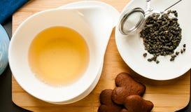 Taza de té servida con las galletas del chocolate Fotos de archivo
