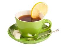 Taza de té verde con el azúcar y el limón. Fotografía de archivo libre de regalías