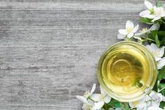 Taza de té verde con el jazmín sobre fondo de madera rústico Fotografía de archivo libre de regalías