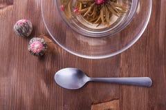 Taza de té verde con la cucharilla Foto de archivo libre de regalías