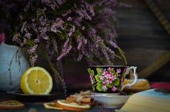 Taza de té vieja del vintage en fondo rústico de madera Fotografía de archivo
