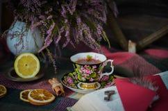Taza de té vieja del vintage en fondo rústico de madera Imagen de archivo