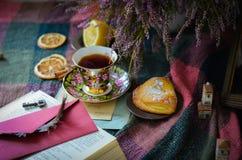 Taza de té vieja del vintage en fondo rústico de madera Imagen de archivo libre de regalías