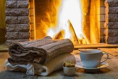 Taza de té y de azúcar, antes de la chimenea Imagen de archivo libre de regalías