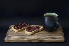 Taza de té y de bocadillo con el atasco Imagen de archivo libre de regalías