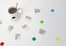 Taza de té y de bolsitas de té Foto de archivo libre de regalías