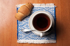 Taza de té y de cruasanes imágenes de archivo libres de regalías