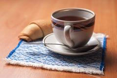 Taza de té y de cruasanes foto de archivo libre de regalías