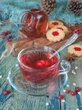 Taza de té y de decoraciones de la Navidad Imagenes de archivo