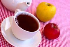 Taza de té y de dos manzanas Fotografía de archivo