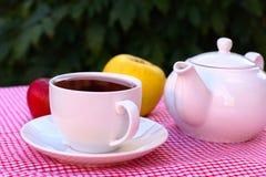 Taza de té y de dos manzanas Imagen de archivo