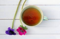 Taza de té y de flores Foto de archivo libre de regalías