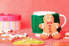 Taza de té y de galletas de la Navidad Foto de archivo libre de regalías