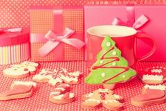 Taza de té y de galletas de la Navidad Imagen de archivo