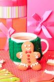 Taza de té y de galletas de la Navidad Fotos de archivo