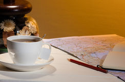 Taza de té y de mapa Fotos de archivo libres de regalías