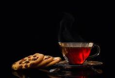 Taza de té y de menta en un aroma de madera del fondo, bebida Imagen de archivo