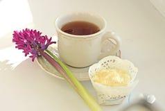Taza de té y de molletes Fotografía de archivo