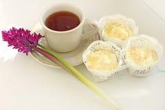 Taza de té y de molletes Fotos de archivo libres de regalías