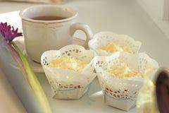 Taza de té y de molletes, tabla blanca Foto de archivo libre de regalías