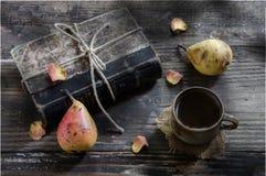 Taza de té y de peras Imagenes de archivo