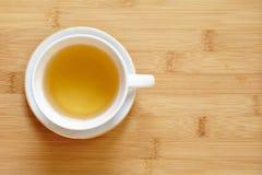 Taza de té y de té verde en la tabla Foto de archivo libre de regalías