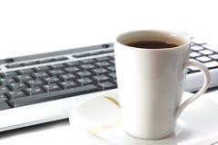 Taza de té y de teclado Imagen de archivo libre de regalías