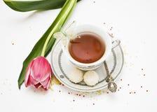 Taza de té y flores Fotos de archivo