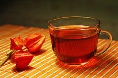 Taza de té y physalis en un paño de vector de bambú Fotografía de archivo