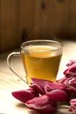 Taza de té y ramo de tulipanes fotos de archivo