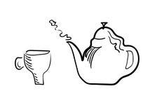 Taza de té y tetera de la elaboración de la cerveza en un fondo blanco Foto de archivo