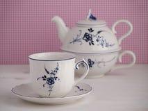Taza de té y tetera del vintage con adorno floral Imagen de archivo