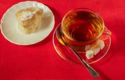 Taza de té y de tortas hechas en casa Foto de archivo libre de regalías
