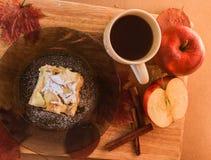 Taza de té y un pedazo de empanada de manzana en una placa Imagen de archivo