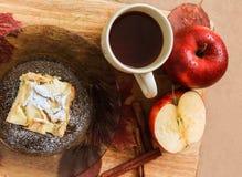 Taza de té y un pedazo de empanada de manzana en una placa Foto de archivo