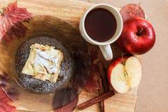 Taza de té y un pedazo de empanada de manzana en una placa Fotografía de archivo libre de regalías
