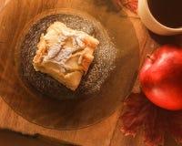 Taza de té y un pedazo de empanada de manzana en una placa Fotos de archivo libres de regalías